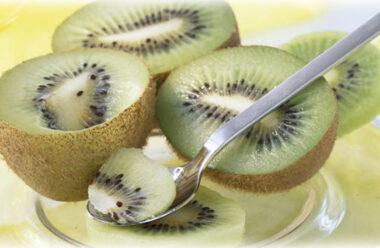 Ківі — фрукт який має багато корисних властивостей. Чому треба їсти його щодня.