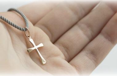 Натільний хрестик — як правильно носити, та що не можна робити зі священним оберегом.