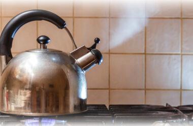 Чи можна більше одного разу кип'ятити воду. Та як це впливає на організм людини.